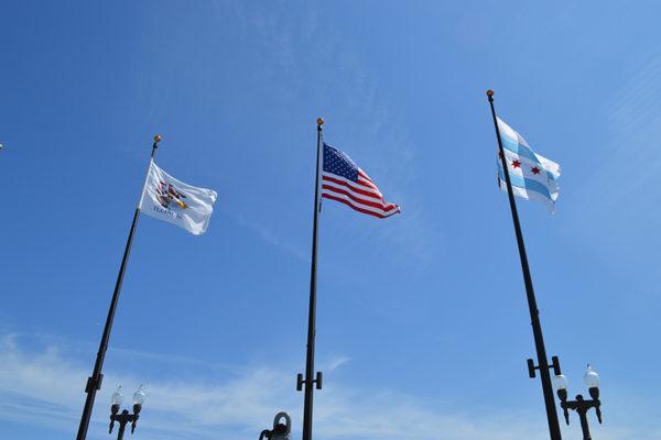 Chicago et son drapeau (via hellochicago.fr)