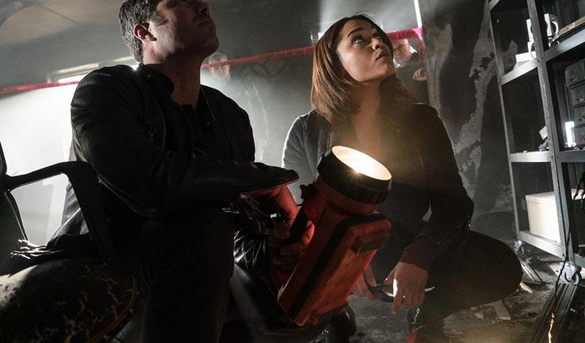 Taylor Kinney et Monica Raymund dans la saison 3 de Chicago Fire